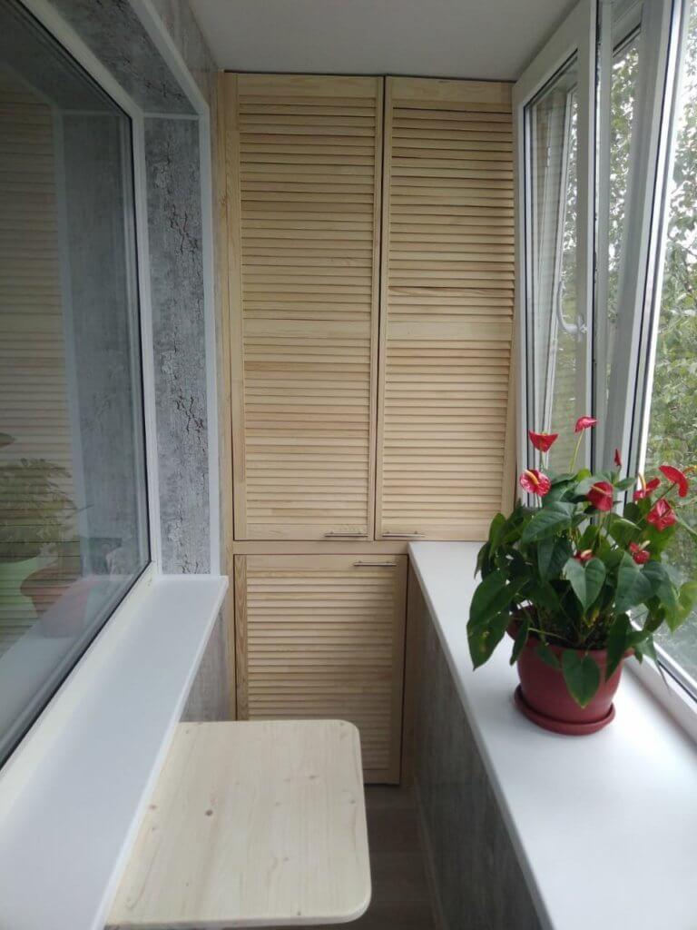 Балкон под ключ - внутренняя отделка панели ПВХ, монтаж шкафа, монтаж столика.